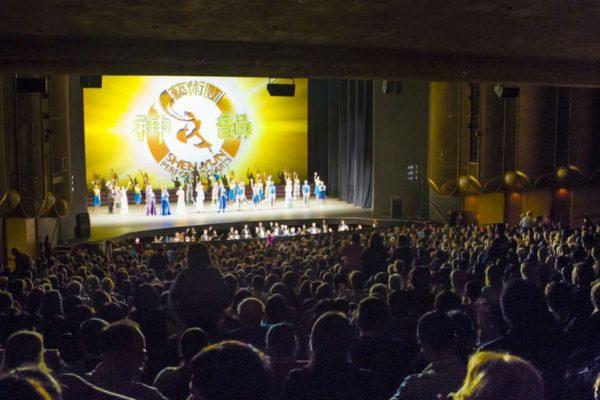 Californianos apreciam a beleza do Shen Yun