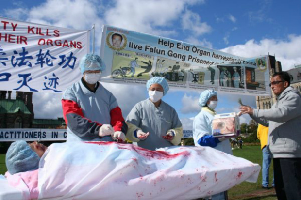 Atores encenam extração forçada de órgãos de um praticante do Falun Gong, durante protesto pedindo fim à perseguição contra o Falun Gong em Ottawa, no Canadá, em 2008 (Epoch Times)