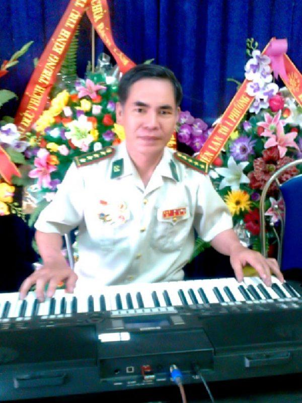 Hoje, finalmente curado, o veterando toca teclado na Associação de Artes dos Veteranos no Vietnã (NTDTV)