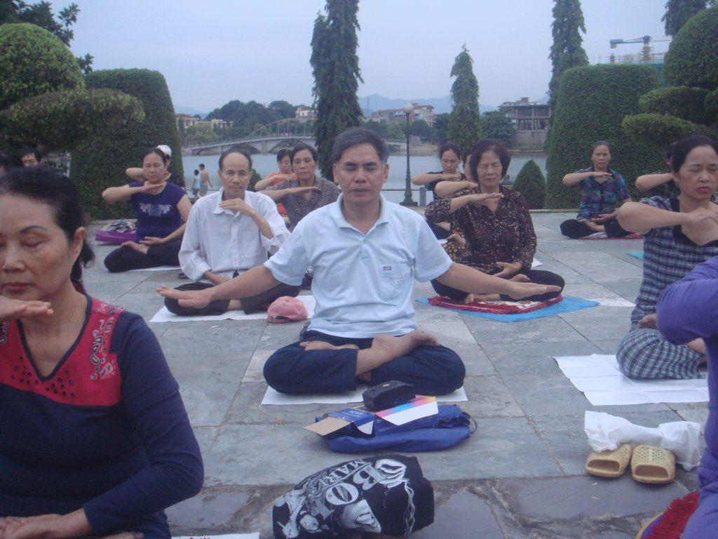 O ex-soldado vietnamita, Nguyen Van Bai, em meditação com outros praticantes de Falun Dafa no Vietnã (NTDTV)