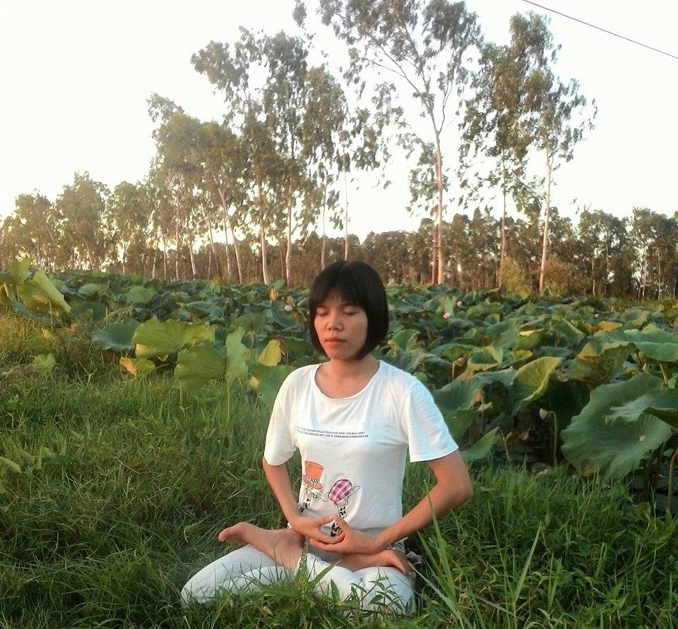 Nguyet praticando Falun Dafa, em pose de meditação (Dang Thi Nguyet)