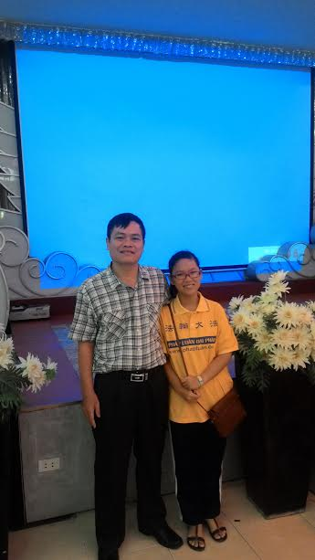 Bao My com o pai no dia do Falun Dafa (DKN.tv)