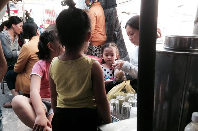 Em uma pequena sala em Saigon, Hong fazia leite de soja e vendia no mercado. Ela costumava ter que trancar os filhos em casa para trabalhar no mercado (DKN.tv)