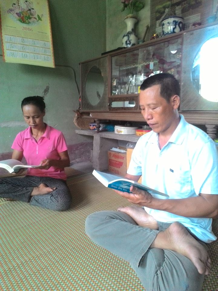Nguyen Huu Chinh lendo o livro com sua esposa (DKN.tv)