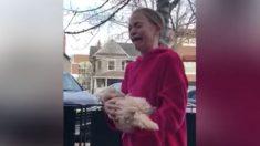 Garota segura o filhote de cachorro da amiga – mas quando ela descobre que é um presente ela fica aos prantos