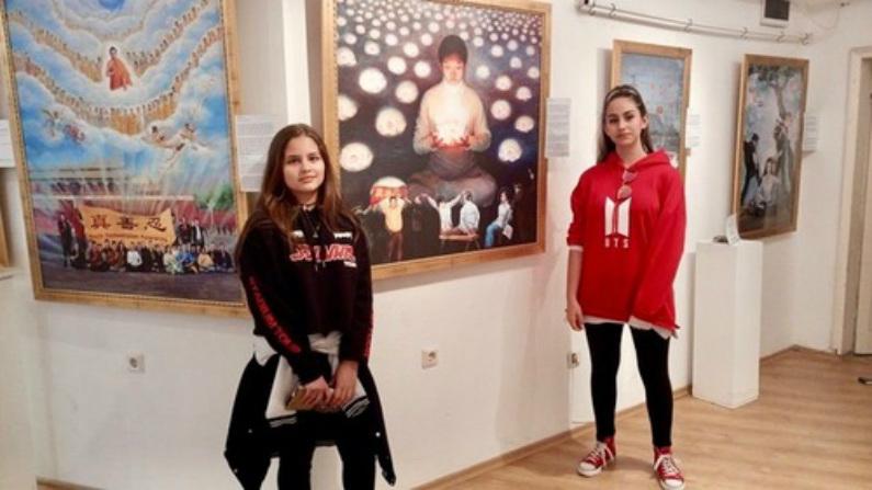 """Milka e Monica escreveram no livro de visitas: """"[A exposição] é muito tocante e queremos que essa perseguição na China acabe. Os quadros nos levaram às lágrimas""""."""