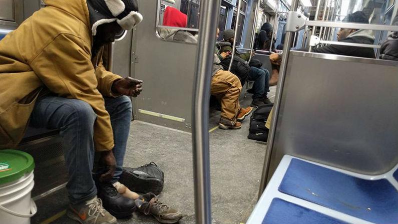 Passageiro de metrô dá botas de neve de 260 dólares para desabrigado
