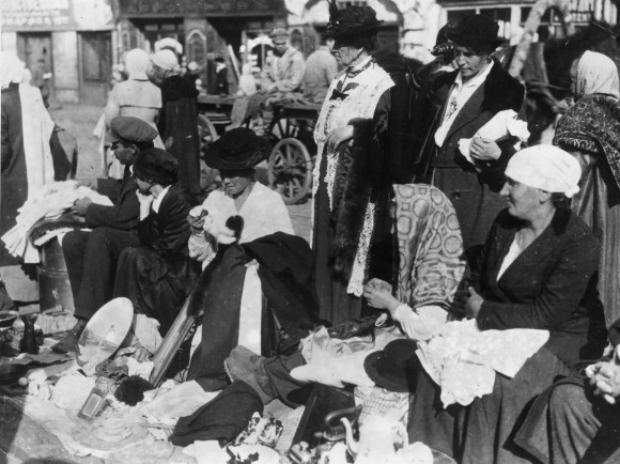 Mulheres tentam vender suas joias e peças de vestuário em um mercado de rua em outubro de 1921 durante a Grande Fome Russa, ocorrida entre 1921 e 1922 (Topical Press Agency/Getty Images)