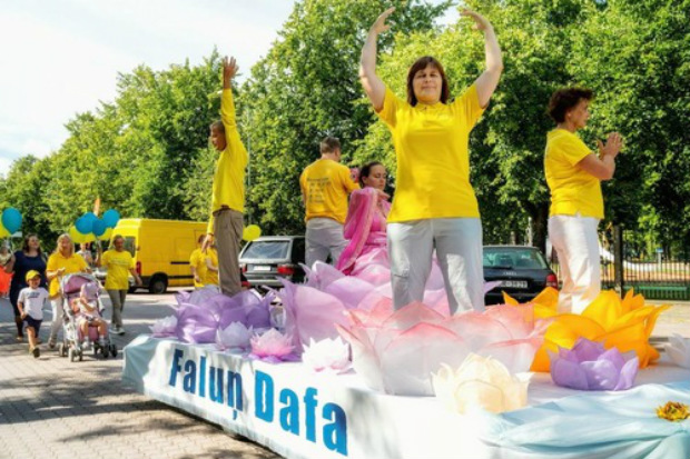 Praticantes do Falun Gong demonstram os cinco exercícios durante desfile