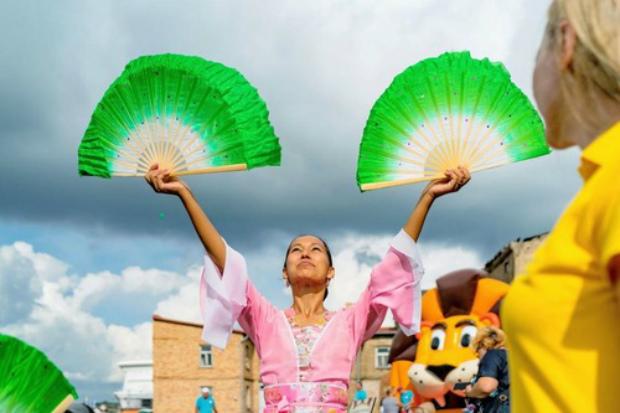 Praticante realiza dança tradicional chinesa com leques