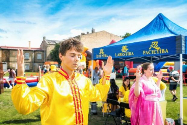Praticante demonstra os exercícios do Falun Gong