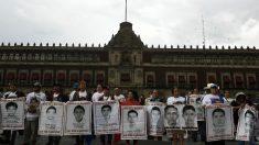 Mexicanos pedem justiça para os 43 estudantes que desapareceram em Ayotzinapa