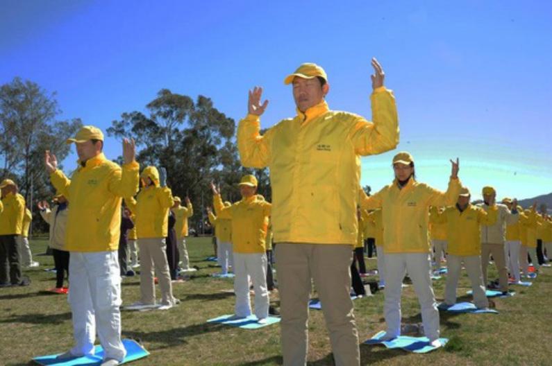 Praticantes do Falun Gong fazem os exercícios juntos em frente ao Parlamento Australiano (Minghui)