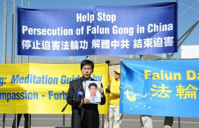 Dr. Wanqing Huang de Nova Iorque discursa na manifestação (Minghui)