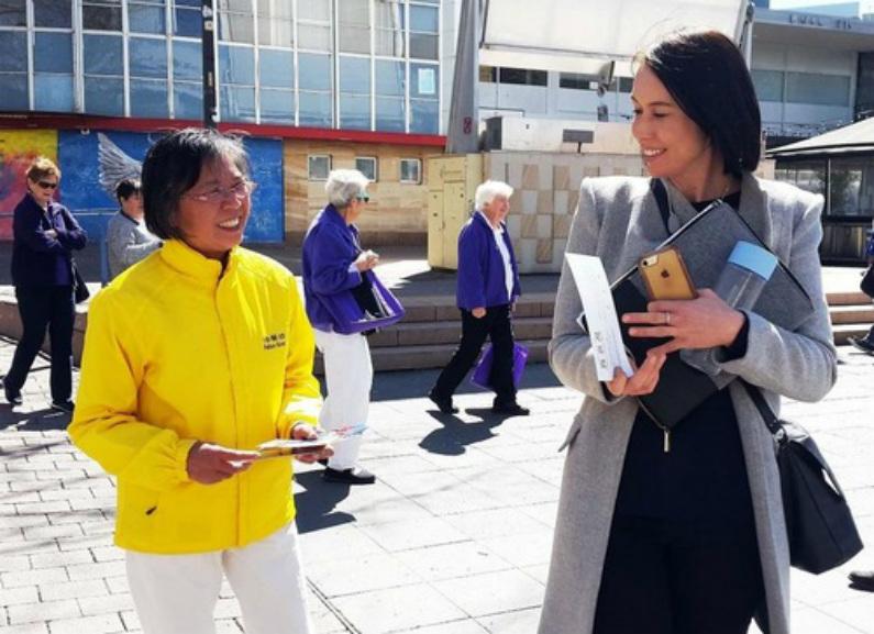 Apresentando o Falun Gong no centro da cidade (Minghui)