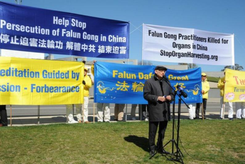 Conhecido advogado de direitos humanos David Matas, do Canadá, discursa na manifestação (Minghui)