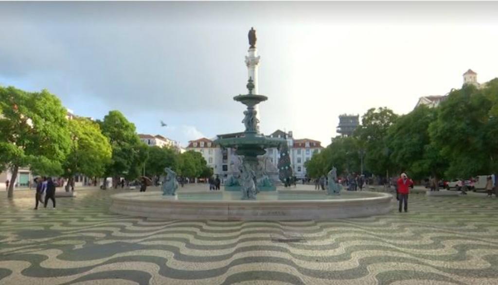 Calçamento feito de pedras portuguesas em Lisboa (Captura de vídeo Reuters)