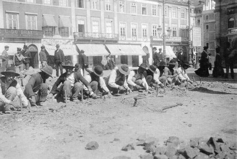 Pavimentadores trabalhando em Lisboa em 1905 (Wikimedia)