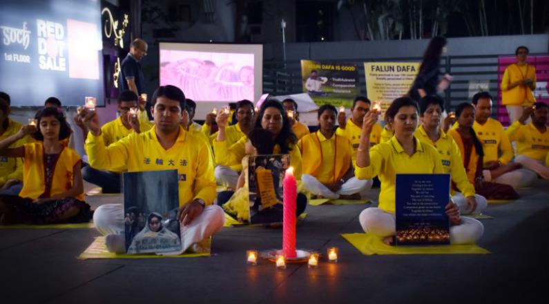 Praticantes do Falun Dafa em Bangaluru, Índia, em um protesto silencioso em 21 de julho de 2018 (Veeresh/NTD Índia)