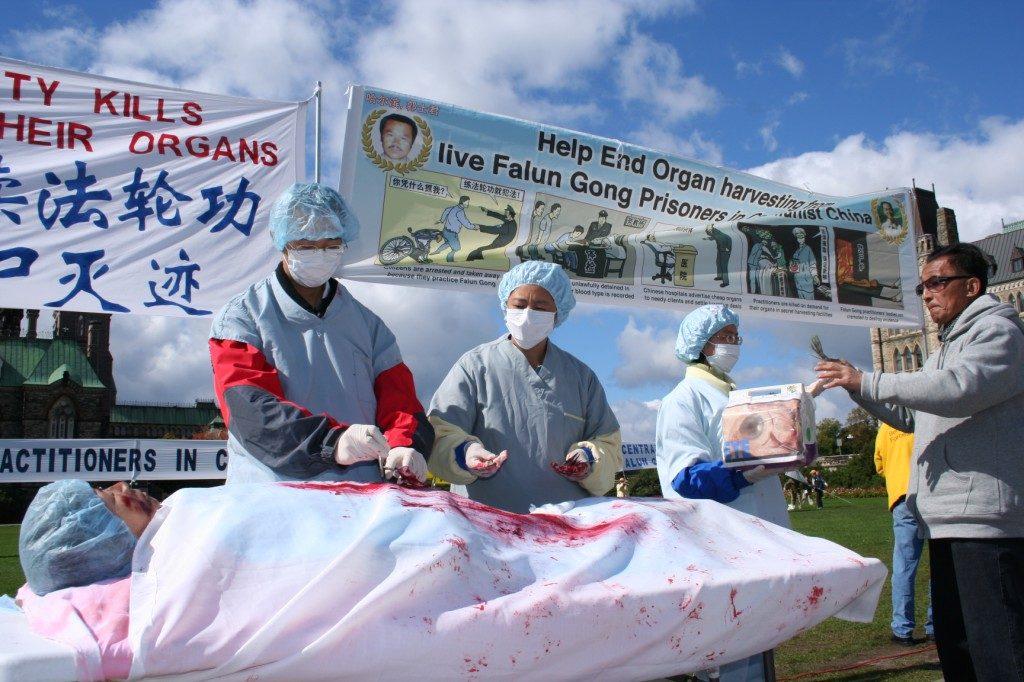 Encenação da extração forçada de órgãos na China de praticantes do Falun Dafa, durante uma manifestação pedindo o fim da perseguição ao Falun Dafa em Ottawa, Canadá, em 2008 (Epoch Times)