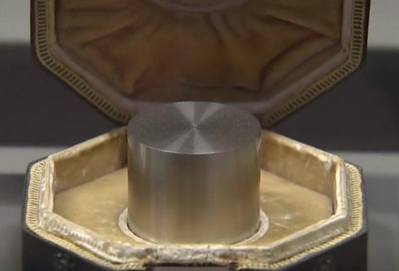 Protótipo tradicional de medição do quilograma que ficará obsoleto a partir de 20 de maio de 2019 (Captura de tela/Reuters)