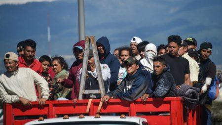 Caminhoneiros no México reclamam que estão sendo obrigados a levar migrantes da caravana