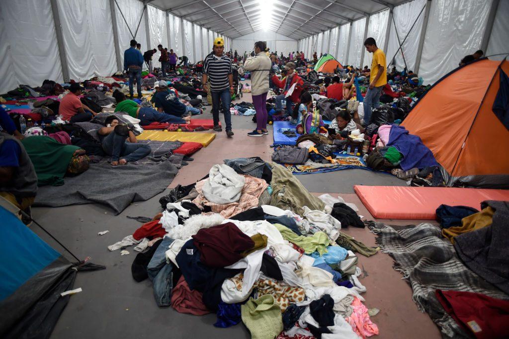 Estádio se converteu em refúgio na Cidade do México, onde migrantes da América Central, principalmente hondurenhos, que participam de uma caravana para os Estados Unidos, descansam durante uma parada na viagem, em 6 de novembro de 2018 (Alfredo Estrella/AFP/Getty Images)