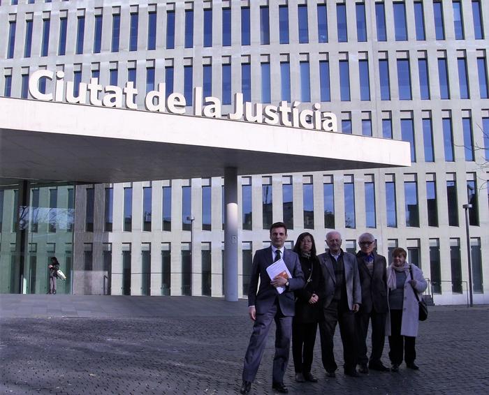 Da esquerda para a direita: advogado Carlos Iglesias e os reclamantes Chris Zhao e três praticantes espanhóis do Falun Gong, em frente a um tribunal de Barcelona (Cortesia de Carlos Iglesias)