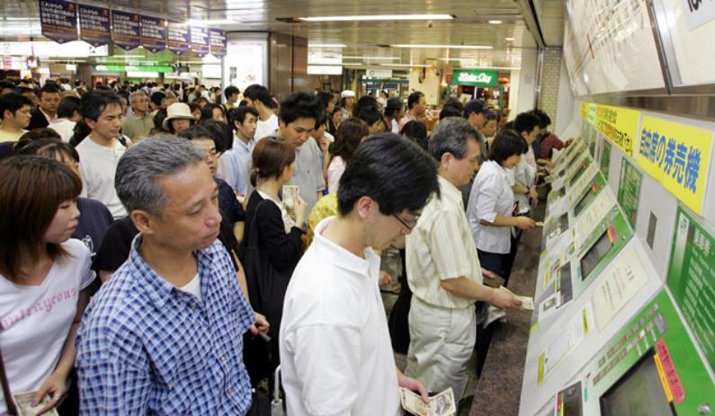 Passageiros fazem fila para comprar bilhetes de metrô (Kazuhiro Nogi/AFP/Getty Images)