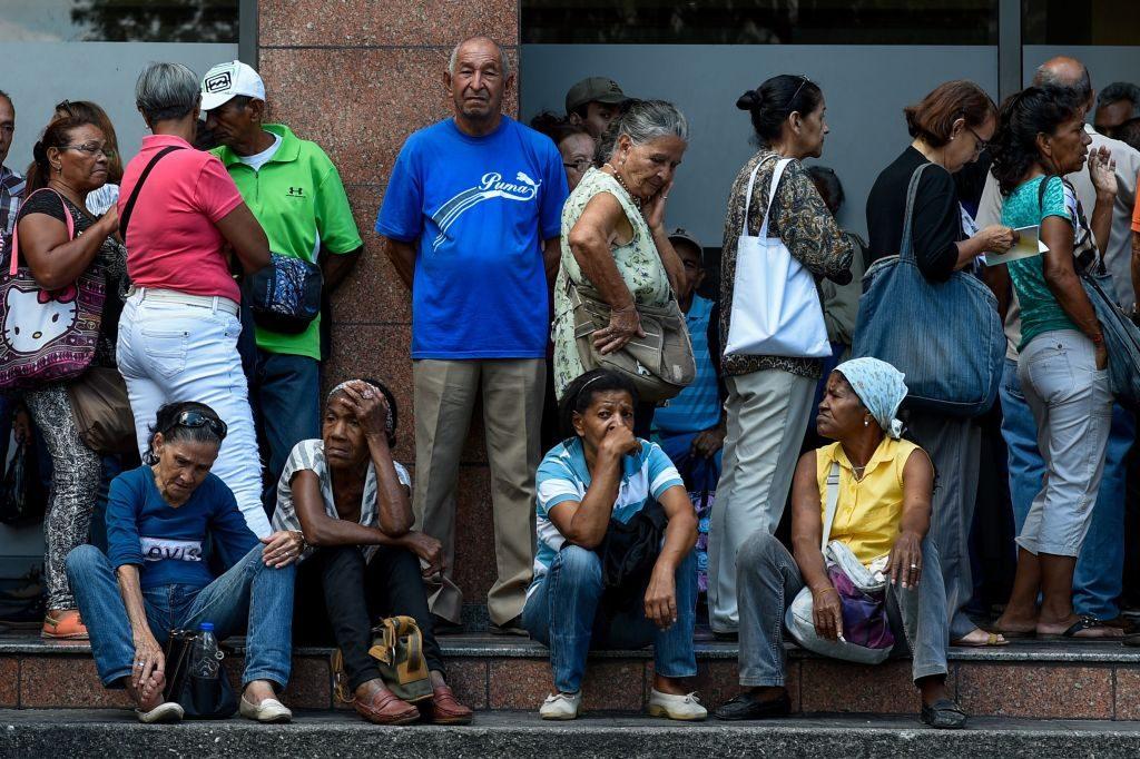 Aposentados fazem fila do lado de fora de uma agência bancária na Venezuela em 3 de setembro de 2018, para tentar retirar dinheiro, que é escasso, apesar da circulação de novas cédulas. Os aposentados receberam apenas 90 bolívares, o que equivale a 1,5 dólar à taxa de câmbio oficial, um pouco mais que o preço de uma lata de atum de 140 gramas (Federico Parra/AFP/Getty Images)