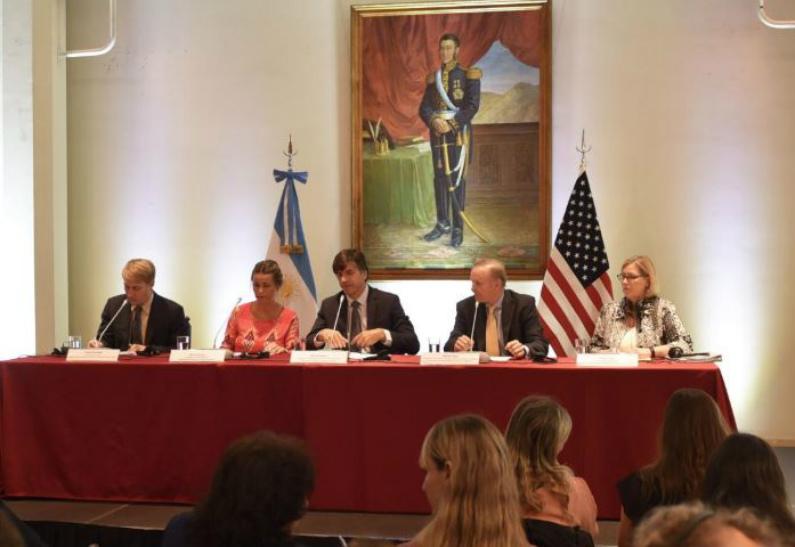 """Argentina e Estados Unidos estreitam relações. Salão Libertador do Palácio San Martín durante o """"Seminário sobre o Sistema Generalizado de Preferências"""" em 6 de novembro de 2018 (Chancelaria da Argentina)"""