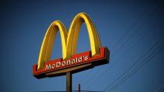 Trabalhador com síndrome de Down se aposenta após trabalhar 32 anos no McDonald's