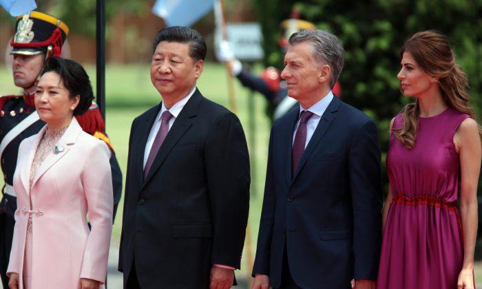 O presidente argentino Mauricio Macri e sua esposa Juliana Awada recebem o líder chinês Xi Jinping e sua esposa Peng Liyuan após a Cúpula de Líderes do G-20 em 2018, em 2 de dezembro de 2018, em Buenos Aires, Argentina (Ricardo Ceppi / Getty Images)