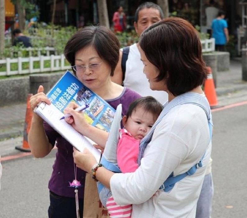 Pessoas de todas as esferas da sociedade, jovens e idosos, assinaram a petição apoiando as ações judiciais contra Jiang Zemin (Minghui.org)