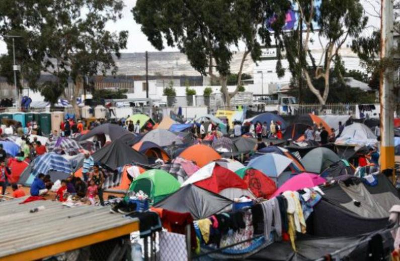 Vista parcial do complexo esportivo que abrigava 5.150 migrantes no bairro Zona Norte de Tijuana, México, em 24 de novembro de 2018 (Charlotte Cuthbertson/Epoch Times)