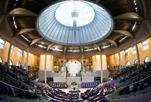 """Alemanha aprova plano de resgate """"sem precedentes"""" de 750 bilhões de euros"""