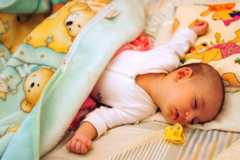 Bebê dorme com uma chupeta ao lado (Sabre Hamed/Flickr/CC BY 2.0)