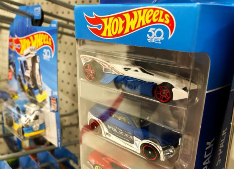 Carrinhos Hot Wheels, fabricados pela Mattel, são exibidos em uma prateleira de uma loja Target em San Rafael, Califórnia, em 25 de julho de 2018 (Justin Sullivan/Getty Images)