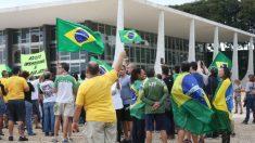 Manifestantes fazem ato contra decisão do STF sobre caixa 2 na Justiça Eleitoral