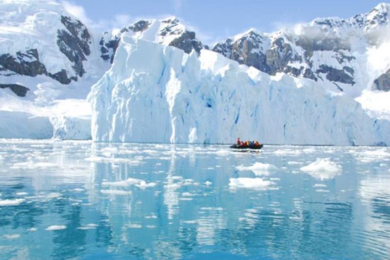 Iceberg na costa da Antártida (Shutterstock)