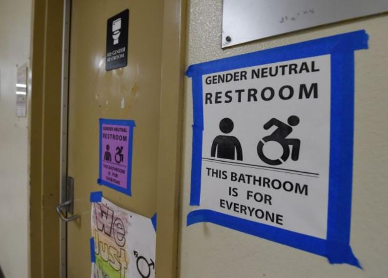 Sinalização indicando toalete neutro na Santee High School, em Los Angeles, Califórnia, em 4 de maio de 2016 (Mark Ralston / AFP / Getty Images)