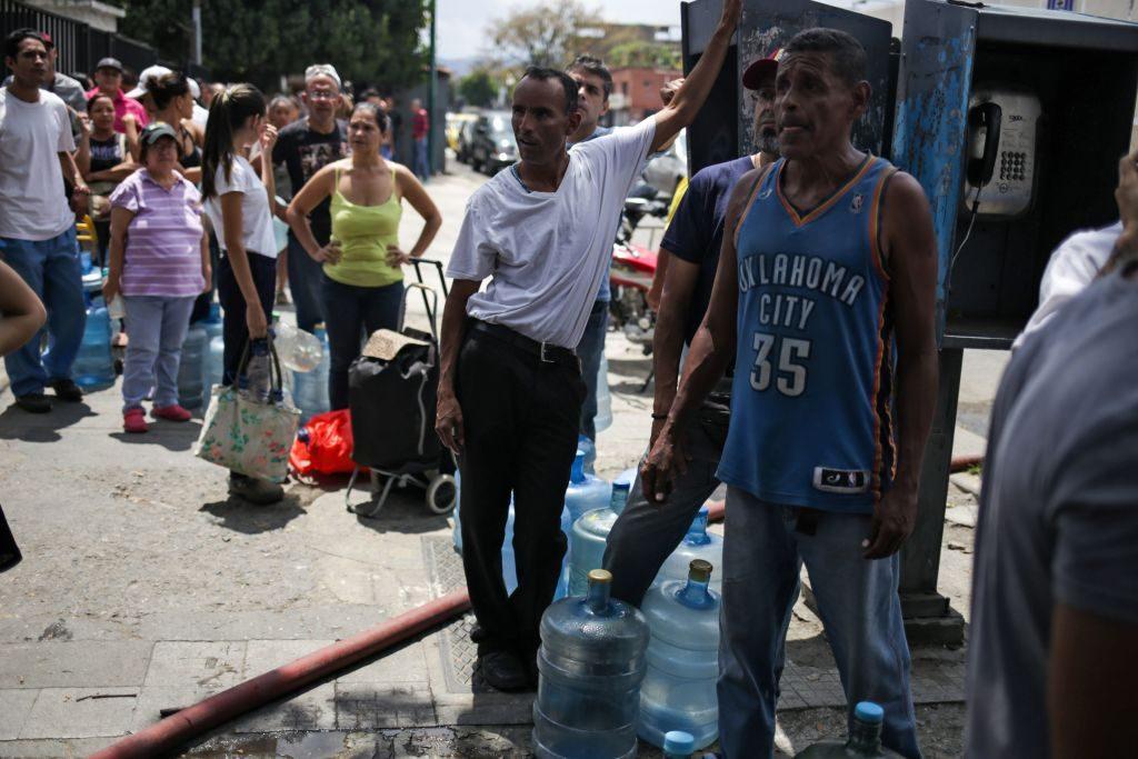 Pessoas fazem fila para conseguir água potável em Caracas em 10 de março de 2019, durante o terceiro dia de um apagão em massa que deixou os venezuelanos sem comunicações, eletricidade e água (CRISTIAN HERNANDEZ / AFP / Getty Images)