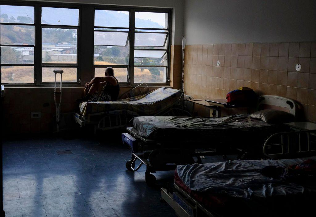 Paciente olha pela janela do hospital Miguel Pérez Carreno em Caracas durante o pior apagão na história da Venezuela em 8 de março de 2019 (MATIAS DELACROIX / AFP / Getty Images)