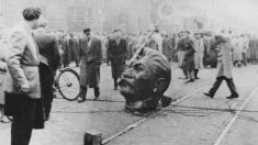 """""""Queime no inferno"""", gritam ativistas enquanto jogam cravos no túmulo de Stálin e são presos"""