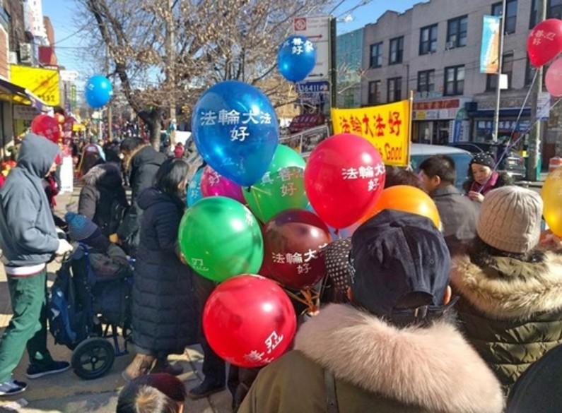 Praticantes distribuem materiais do Falun Gong na Oitava Avenida e ajudam os chineses a renunciarem ao partido comunista (Minghui.org)