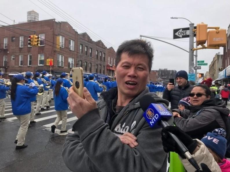 Sr. Jiang disse que vai compartilhar o vídeo que fez do desfile nas mídias sociais (Minghui.org)