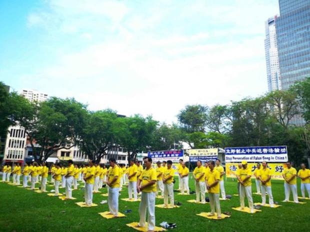 Praticantes demonstraram os exercícios do Falun Gong no Parque Hong Lim em 15 de abri de 2019 (Minghui.org)