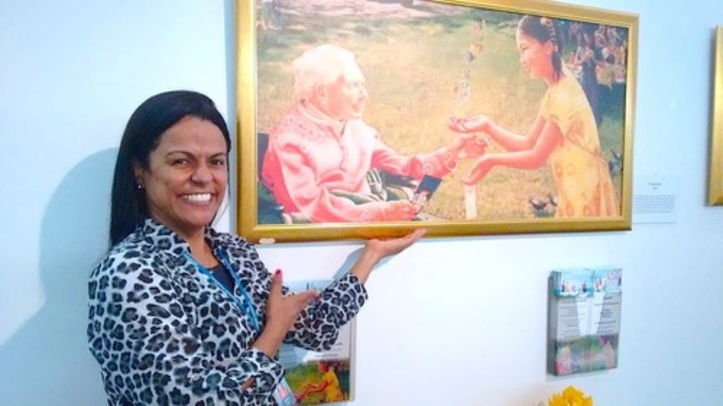 Mônica ficou comovida com as obras de arte (Minghui.org)