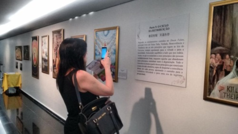 Sandra, dos EUA, visita a exposição (Minghui.org)