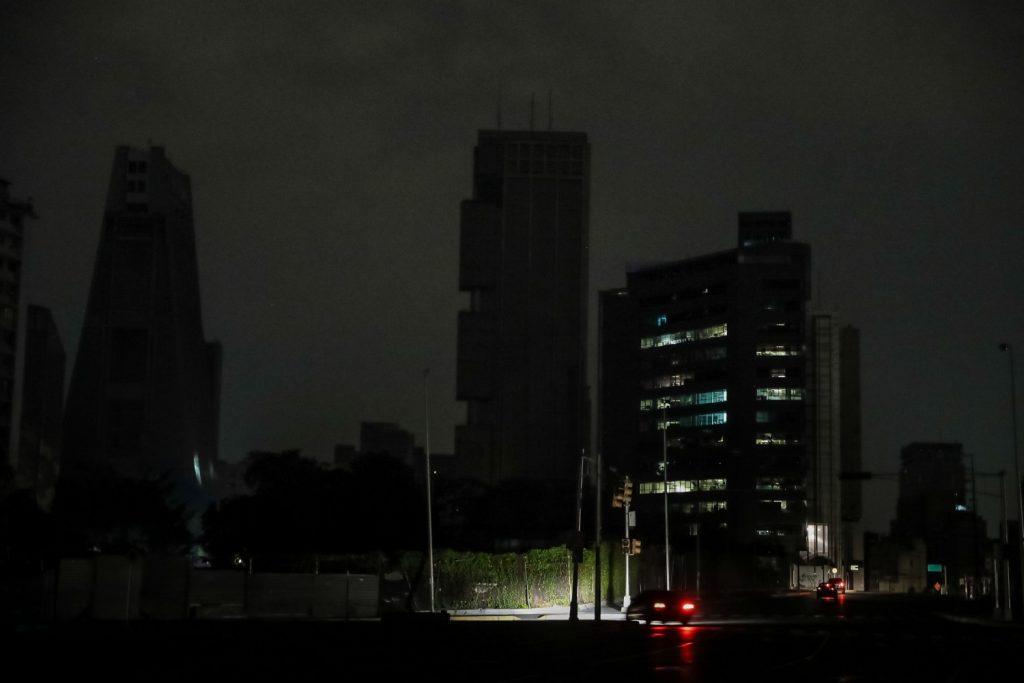 Imagem da sede do serviço de inteligência do regime (Sebin) parcialmente com energia, juntamente com outros 2 edifícios afetados por um blecaute na madrugada de sábado, 30 de março de 2019, em Caracas (Venezuela) (Miguel Gutiérrez/Agência EFE)